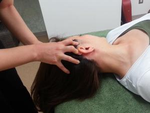 【時間・料金】 1回30分 ¥5,500(P¥4,400)  【施術場所】 ヘッド&ネック&デコルテ&腕お化粧したままスッキリ小顔に!  脳内活性ヘッドとは…  微弱電流を使用し、頭頂から首・肩・腕までほぐしていくことで、目・肩・首の疲れもスッキリ◎ 寝つきの悪い&熟睡ができていない方にも人気のメニュー♪こんな方にオススメ  ■ パソコン仕事で目や頭が重たい感じがする  ■ 首、肩こりがひどい ■ 目の疲れを感じている